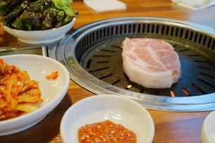 韓国ソウルの食堂で豚首肉・モクサル焼肉ランチの写真素材 [FYI03018127]