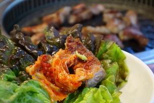 韓国ソウルの食堂で豚首肉・モクサル焼肉ランチの写真素材 [FYI03018137]