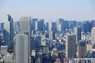 豊洲の高層タワーラウンジから見た大手町方面の風景の写真素材 [FYI03018155]
