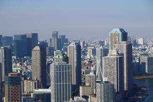 豊洲の高層タワーラウンジから見たリバーシティ方面の風景の写真素材 [FYI03018157]