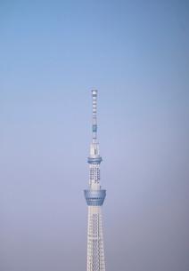 豊洲の高層タワーラウンジから見たスカイツリー方面の風景の写真素材 [FYI03018159]