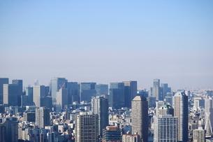 豊洲の高層タワーラウンジから見た大手町方面の風景の写真素材 [FYI03018169]