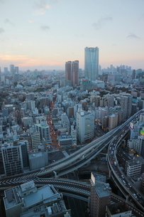 麻布十番商店街と渋滞する一の橋ジャンクションの写真素材 [FYI03018177]