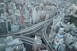 麻布十番商店街と渋滞する一の橋ジャンクションの写真素材 [FYI03018183]