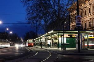 夜のトラムと駅の写真素材 [FYI03018227]