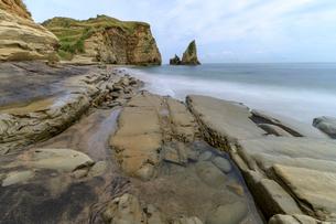 大波月海岸のロウソク岩の写真素材 [FYI03018455]