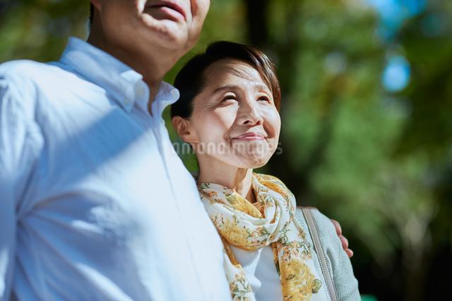 身を寄せる妻の写真素材 [FYI03018501]