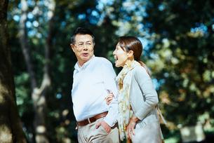 公園で散歩する老夫婦の写真素材 [FYI03018506]