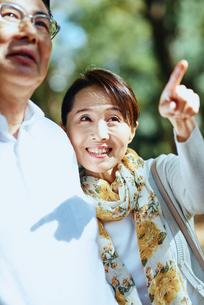 指をさす妻の写真素材 [FYI03018512]