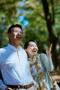 公園で散歩する老夫婦の写真素材 [FYI03018515]
