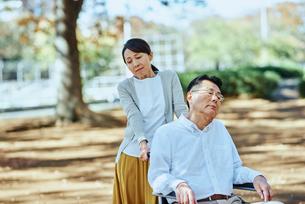公園を車椅子で散歩する老夫婦の写真素材 [FYI03018546]