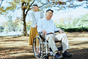 公園を車椅子で散歩する老夫婦の写真素材 [FYI03018551]