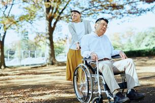 公園を車椅子で散歩する老夫婦の写真素材 [FYI03018553]