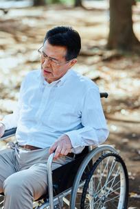 公園で車椅子に乗る男性の写真素材 [FYI03018557]