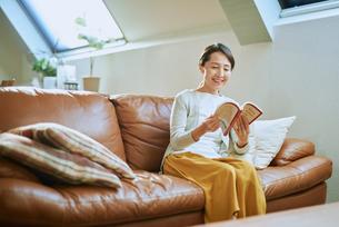 家で読書をする女性の写真素材 [FYI03018559]