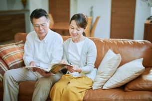 家で読書をする夫婦の写真素材 [FYI03018567]