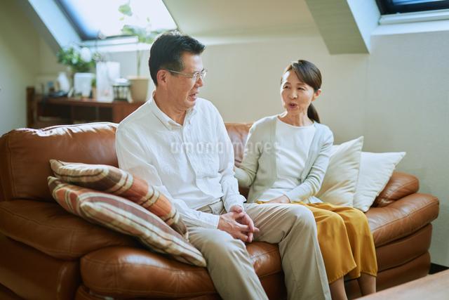 ソファーで会話する老夫婦の写真素材 [FYI03018568]