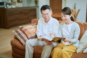 家で読書をする夫婦の写真素材 [FYI03018570]