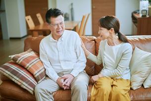 ソファーで会話する老夫婦の写真素材 [FYI03018572]