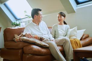 ソファーで会話する老夫婦の写真素材 [FYI03018573]