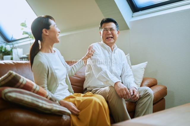 談笑する老夫婦の写真素材 [FYI03018575]
