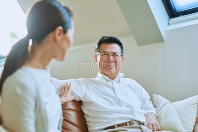 談笑する老夫婦の写真素材 [FYI03018587]