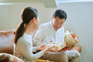 プレゼントを渡す老夫婦の写真素材 [FYI03018594]