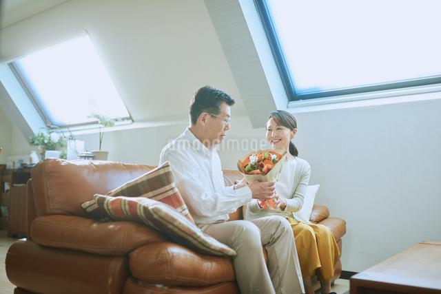 プレゼントを渡す老夫婦の写真素材 [FYI03018602]
