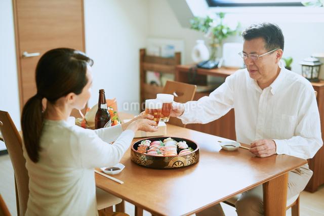 お寿司を食べる老夫婦の写真素材 [FYI03018614]
