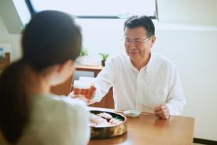 お寿司を食べる老夫婦の写真素材 [FYI03018615]