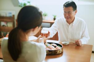 お寿司を食べる老夫婦の写真素材 [FYI03018617]