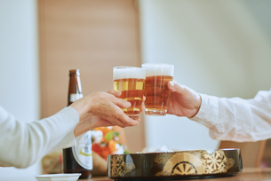 お寿司を食べる二人の写真素材 [FYI03018618]