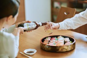 ビールをそそぐ妻とグラスを持つ夫の写真素材 [FYI03018632]