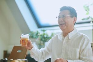 ビールを飲む中年男性の写真素材 [FYI03018637]