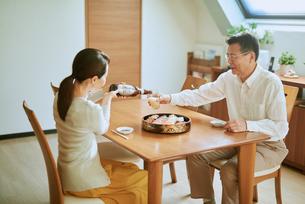 ビールをそそぐ妻とグラスを持つ夫の写真素材 [FYI03018641]