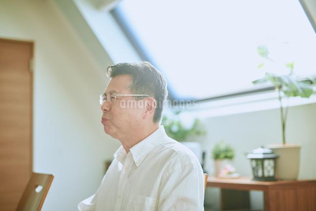食事する中年男性の写真素材 [FYI03018645]