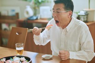 食事する中年男性の写真素材 [FYI03018652]
