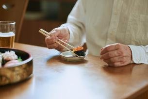 食事する中年男性の写真素材 [FYI03018654]