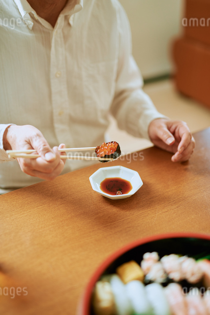 イクラを食べる中年男性の写真素材 [FYI03018657]