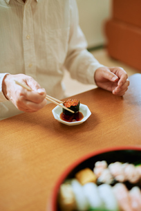 イクラを食べる中年男性の写真素材 [FYI03018658]
