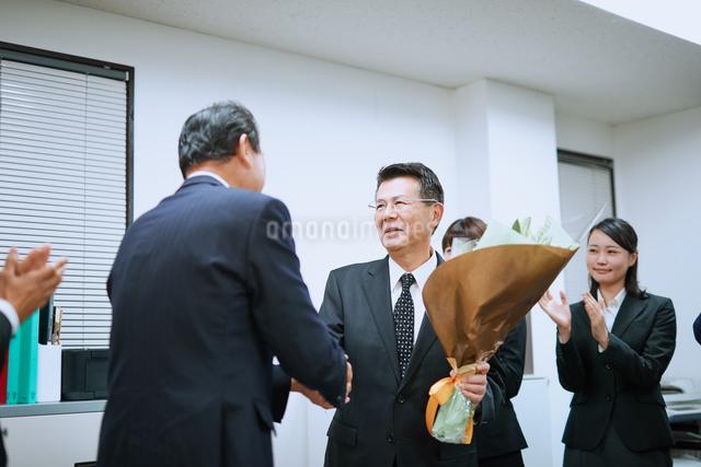 退職を祝われる男性社員の写真素材 [FYI03018664]