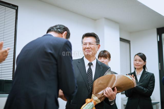 退職を祝われる男性社員の写真素材 [FYI03018669]