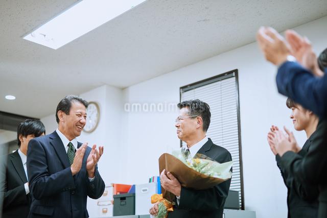 退職を祝われる男性社員の写真素材 [FYI03018676]