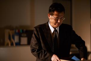 退職し自身の机を片付ける男性社員の写真素材 [FYI03018688]