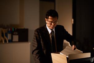 退職し自身の机を片付ける男性社員の写真素材 [FYI03018690]