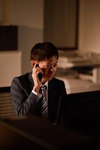 電話をする後輩社員の写真素材 [FYI03018698]
