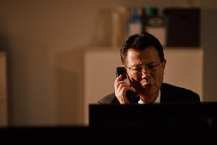 電話をする退職前の男性社員の写真素材 [FYI03018700]