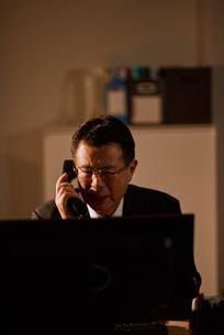 電話をする退職前の男性社員の写真素材 [FYI03018701]