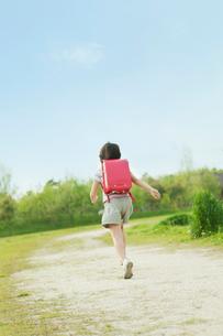 ランドセルを背負い走る女の子の写真素材 [FYI03018736]