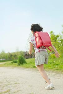 ランドセルを背負い走る女の子の写真素材 [FYI03018737]